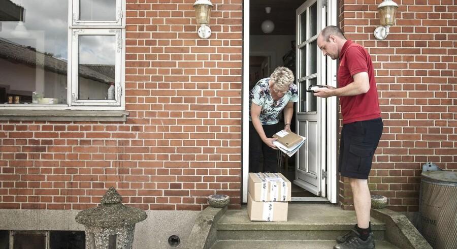PostNord har haft en forsøgsordning i København og Vejen, hvor posten har ringet kunderne op, når de ikke åbnede døren på adressen. Det kræver selvfølgelig, at kunderne i første omgang har oplyst deres nummer ved bestillingen af pakken. (ARKIVFOTO)
