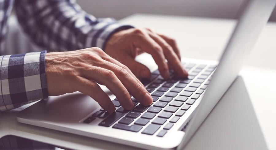 Den viser, at danskerne i gennemsnit bruger 20 minutter og 45 sekunder om dagen på at ordne private gøremål på nettet, mens de er på arbejde.