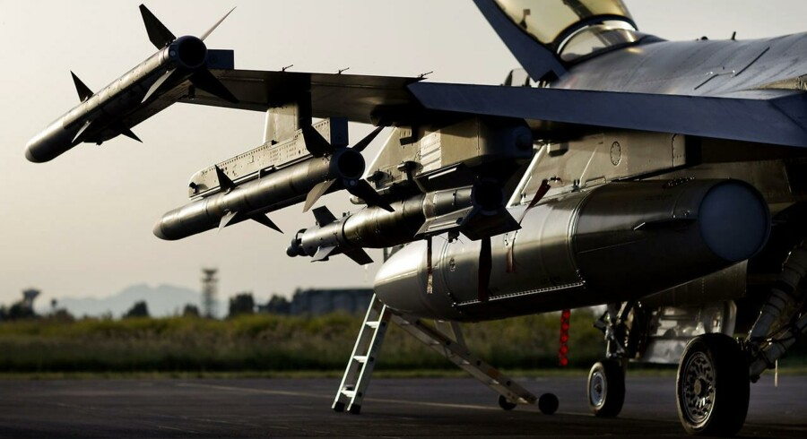 Både kampfly og flymekanikere er slidte af de mange bombetogter mod Islamisk Stat i Irak og Syrien. Flyene slår revner, og mange mekanikere lider af stress.