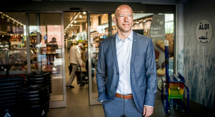 Efter 40 år i Danmark er det ikke lykkedes »at få danskerne til at elske Aldi«, som direktør Finn Tang (th.) siger det. Det skal et et mere frisk, grønt og dansk sortiment i nyindrettede og lyse butikker rette op på. Foto: Asger Ladefoged
