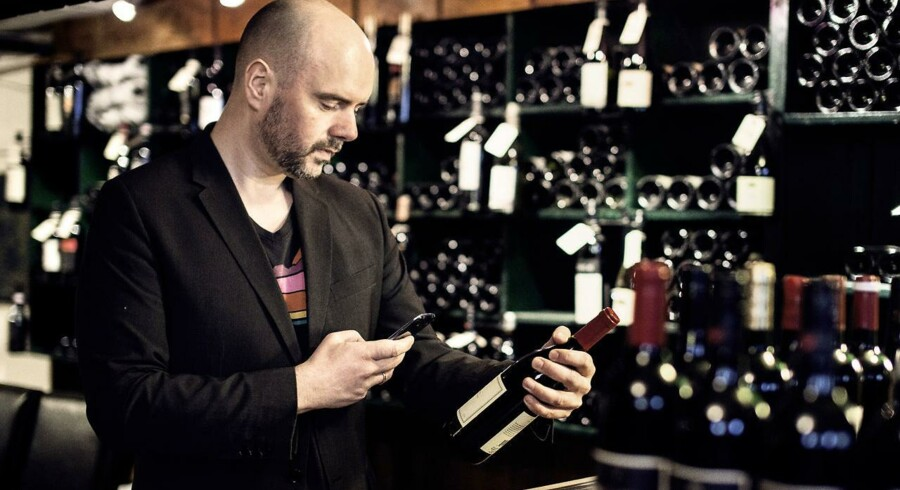 CEO i Vivino, Heini Zachariassen, viser hvordan app'en bruges.