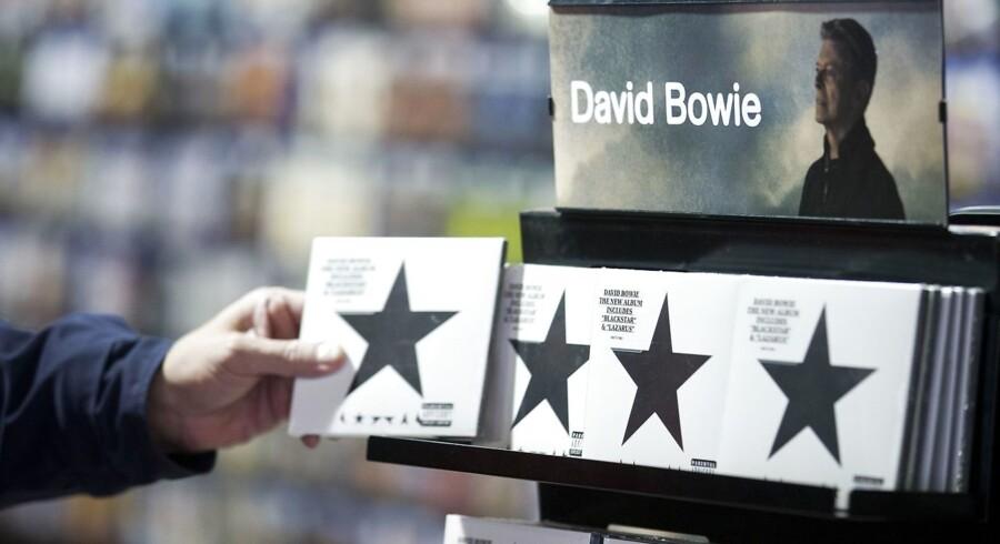 """Vinyl-udgaven af David Bowies nye album """"Blackstar"""" bliver lige nu solgt for tusindvis af kroner på nettet. Her har en kunde fat i cd-udgaven i musikbutikken HMV i London."""