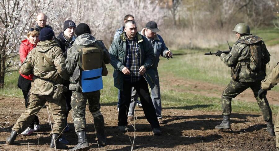 Ukrainske soldater i sammenstød med prorussiske demonstranter i området ved Kramatorsk i det østlige Ukraine.