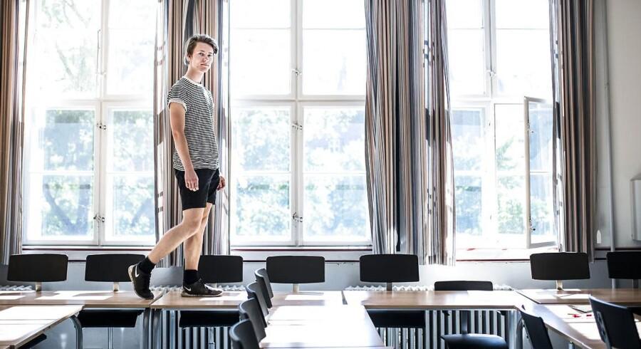 Det er lige før, at Mikkel Hansen springer ud som student fra Odense Katedralskole, og når han ser tilbage, har han været frustreret over en uigennemskuelige karaktergivning: »Det bliver ofte en slags gentagelse, hvor jeg og de andre elever prøver at sige det samme, fordi vi kan se på læreren, at det er rigtigt.« Foto: Sophia Juliane Lydolph