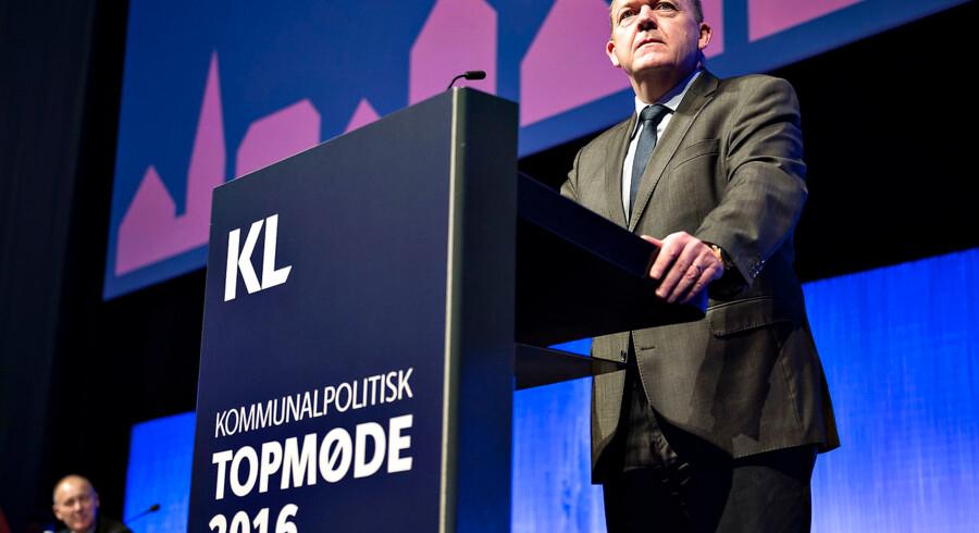 Kommunernes Landsforening startede torsdag formiddag deres 2-dages Kommunalpolitisk Topmøde i Aalborg Kongres og Kulturcenter. Her ses statsminister Lars Løkke Rasmussen på talerstolen med regeringens hilsen