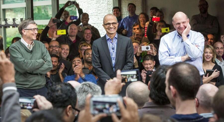 Bill Gates (i grøn bluse til venstre) er ikke længere største enkeltaktionær i Microsoft, som Satya Nadella (i midten i jakkesæt) i februar overtog ledelsen af efter Steve Ballmer (til højre i lys skjorte), som nu ejer mere af Microsoft end Gates. Arkivfoto: Microsoft/Reuters/Scanpix