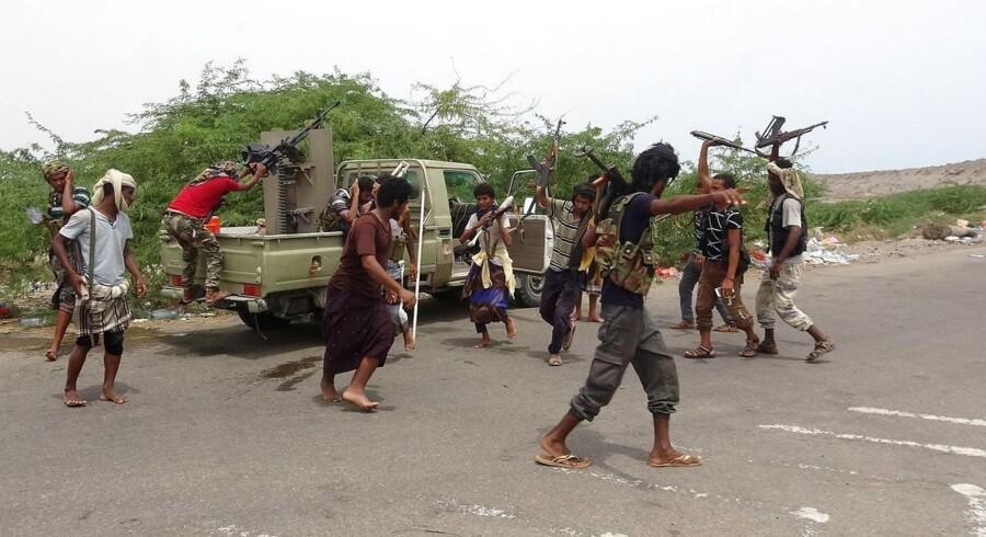 (ARKIV) Pro-regerings kæmpere danser efter skududveksling med Houthis 7. juni 2018 tæt på byen Al Jah i Hodeidaprovinsen 50 kilometer fra Hodeidahavnen.