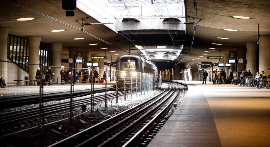 I det nye år vil Københavns Lufthavns Station summe af liv, når alle Øresundstogets passagerer skal igennem en paskontrol, før de kan køre videre mod Sverige. Der er samtidigt blevet bygget et hegn mellem sporene, der skal forhindre flygtninge i at stikke af fra kontrollen. Her er hegnet fotograferet d. 26 december 2015.