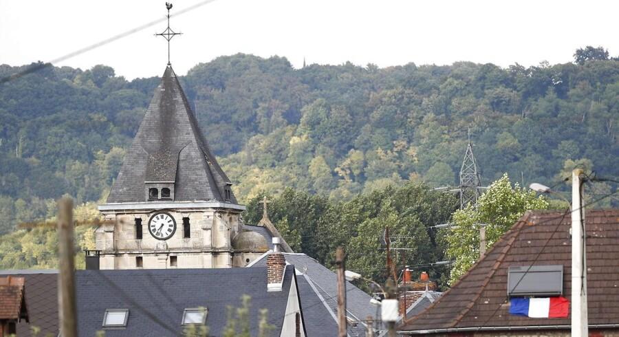 To knivbevæbnede mænd blev ifølge det franske indenrigsministerieum tirsdag dræbt af politiet i et gidseldrama i en kirke i Saint-Etienne-du-Rouvray, som angiveligt også kostede et af gidslerne - en præst - livet, mens et andet gidsel skulle være hårdt såret.