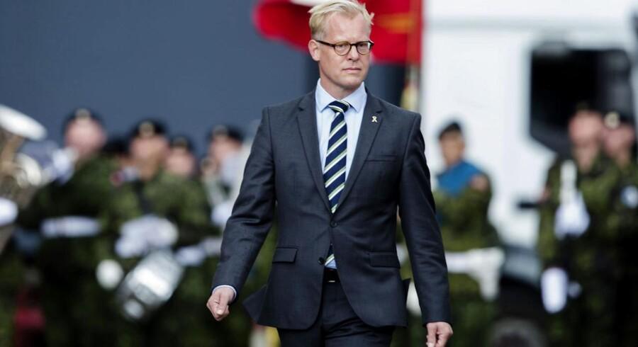 Carl Holst meddelte i går sin afgang - i dag har han sidste arbejdsdag som forsvarsminister