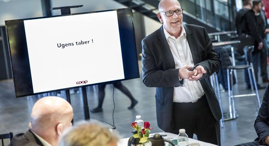 Tilbagegangen i Coop er til at få øje på. Dagligvarekoncernen kommer ud af 2016 med en halvering af overskuddet efter et år med store omkostninger til Fakta, regnskabsrod og fejlvurdering af markedet. Men topchefen, Peter Høgsted, tror fortsat på en offensiv strategi med investeringer til en digital fremtid.