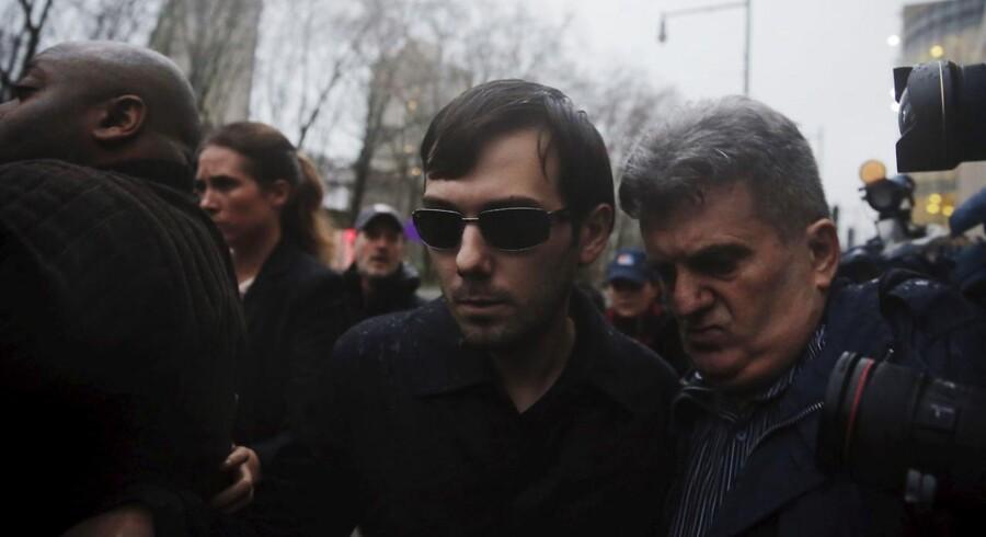 Martin Shkreli, der kom i Hillary Clintons og mediernes søgelys ved at hæve prisen på HIV-relateret medicin drastisk, er blevet anholdt af FBI.