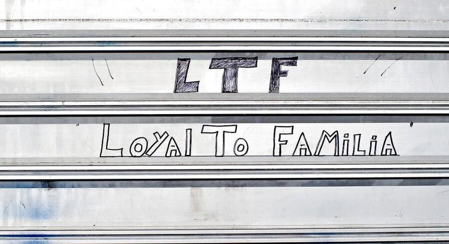 ARKIVFOTO: Loyal To Familia (LTF) har skrevet deres navn på en lukket butik i Tingbjerg nord for København. Fredagens uroligheder udspringer tilsyneladende af den københavnske bandes ambitioner om at etablere sig i Aarhus.