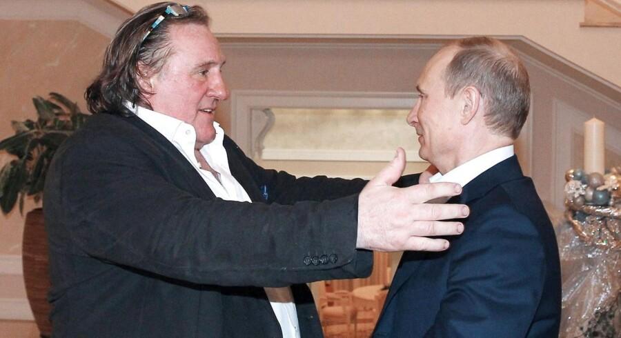 Gerard Depardieu i venskabelig omfavnelse med Ruslands præsident Vladimir Putin under et besøg i OL-byen Sochi i 2013.