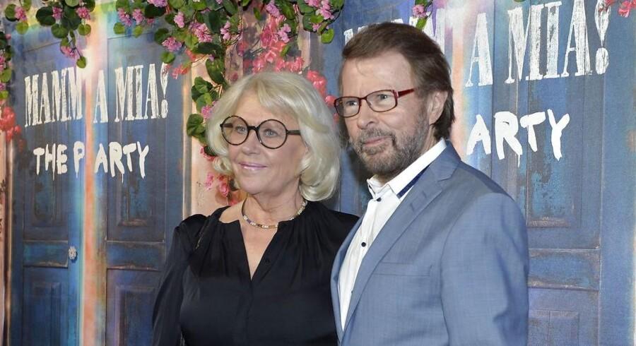 Bjørn Ulvæus med hustruen Lena Kallersjö ved Abba-genforeningen onsdag aften i Stockholm - hvor de fire Abba-medlemmer dog sagde nej til at lade sig fotografere sammen på den røde løber - kun udvalgte fotografer fik lov til at tage et fællesbillede fra scenen.