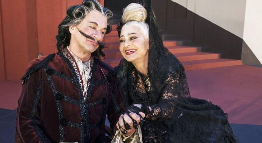 """Lone Hertz og Henrik Koefoed kan ikke stille meget op som fattigfint par i Holbergs """"Don Ranudo"""" på Grønnegårds Teatret. Foto: Bjarne Stæhr."""