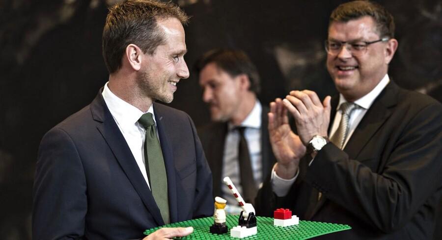 Kristian Jensen (V) modtog en grænsebom i LEGO fra sin forgænger på udenrigsministerposten, Martin Lindegaard (R), da han mandag indtog Udenrigsministeriet, hvor han også skal afløse den nu tidligere handels- og udviklingsminister Mogens Jensen (t.h.). En opgave Venstre-næstformanden ikke kommer sovende til.