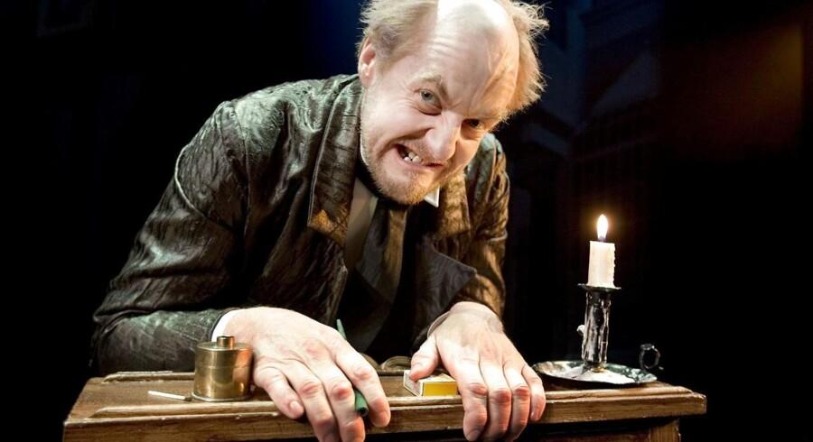 Aalborg Teater har lørdag 19.november premiere på Charles Dickens klassikeren'Et Juleeventyr'. Historien om den nærige Ebenezer Scrooge, der hader julen, præsenteres i en kæmpe opsætning på Store Scene med 29 medvirkende. 12000 biletter er allerede solgt. Scrooge spilles af Mogens Rex og stykket instrueres af Lars Junggreen. Her Scrooge ved sin skrivepult.