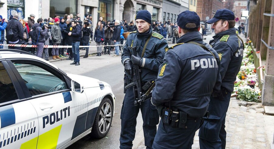På billedet ses Krystalgade i København, hvor politibetjente bevogter synogogen. Synogogen og Krudttønden blev angrebet den 14-.15. februar. To personer ud over terroristen selv blev dræbt. (Foto: Claus Bech/Scanpix 2017)