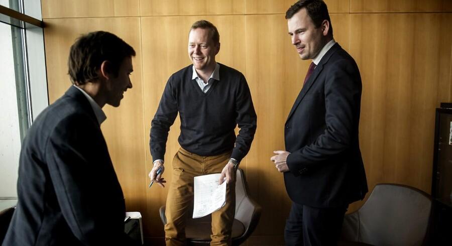 Fædre på barsel. Anders Fogstrup (i midten), adm. direktør for medicinalfirmaet Norpharma-Mundipharma i Norden, insisterede på at tage en måneds forældreorlov, selv om hans daværende chef var imod. Anders Fogstrup mener, at ledelsen skal gå forrest og vise vejen.
