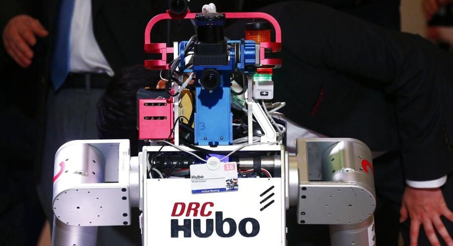 Robotterne kommer og tager vores job. I hvert fald de mindre specialiserede af slagsen. Det er bunden af jobpyramiden, der er mest udfordret af den fjerde industrielle revolution.