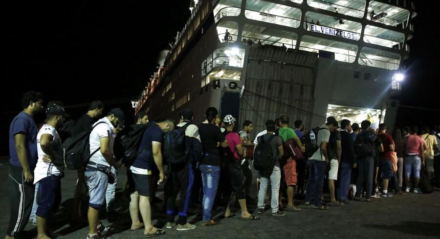 Den græske ferieø Kos har i løbet af de seneste måneder oplevet en stigning i antallet af migranter, og fra flere sider er forholdene på øen blevet kritiseret. Nu har en færge med plads til tusindvis af flygtninge lagt til kaj for at løse problemerne. Se billederne her.