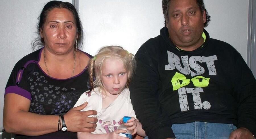 Græsk politi frigav i aftes et billede af ?det romapar, der nu er varetægtsfængslet?og sigtet for at have bortført det lyshårede barn, der har fået navnet Maria. »Den blonde engel har levet som datter af 39-årige Christos Salis og 44-årige Selini Sali, der også går under navnet Eleftheria Dimolpoulou. Foto: Reuters