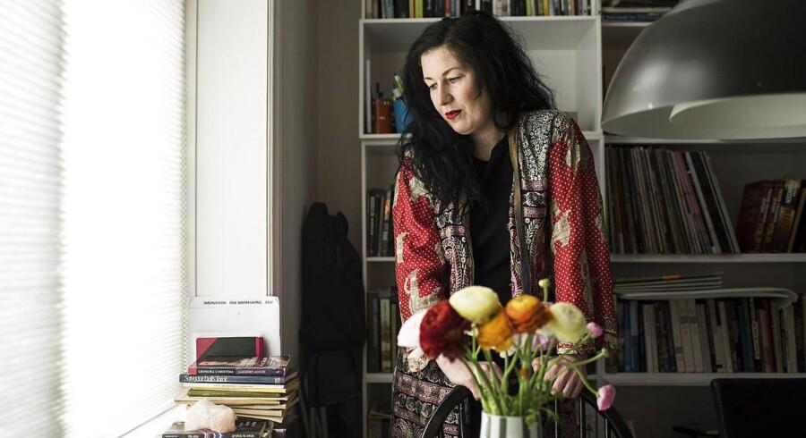 Portræt af Lone Hørslev som er aktuel med novellesamlingen En Ordentlig Mundfuld.