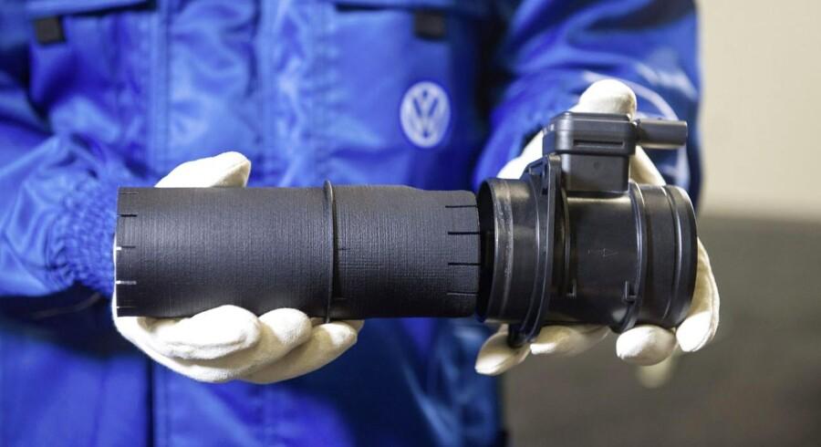 Et rør som placeres foran luftmassesensoren mellem luftfiler og luftindtag skal samme med en softwareopdatering få Volkswagen-biler med 1,6 liters dieselmotorer til at leve op til de europæiske emissionsstandarder.