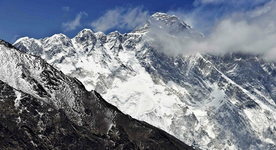 Fire mennesker har mistet livet på verdens højeste bjerg, Mount Everest.