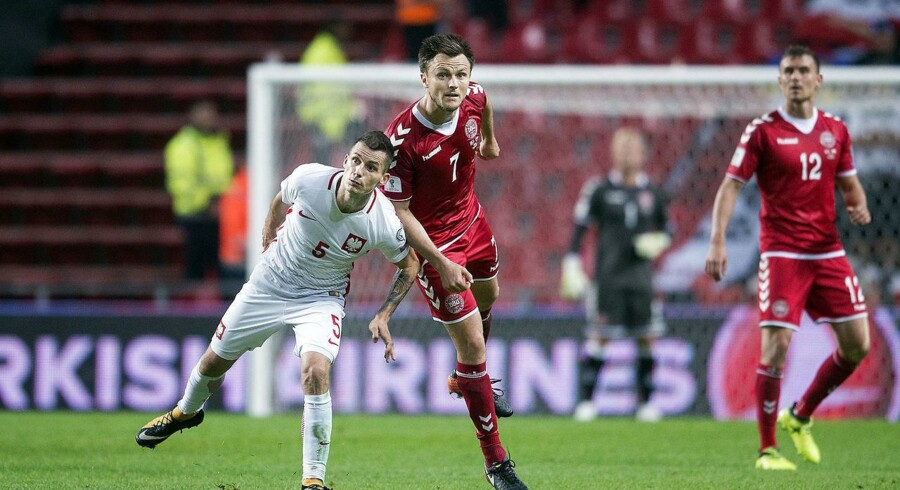 BMINTERN - Denmark's William Kvist and Krzysztof M?czy?ski of Poland during the 2018 FIFA World Cup qualifying football match Denmark vs Poland at Parken, Copenhagen on September 01, 2017. . (Foto: Liselotte Sabroe/Scanpix 2017)