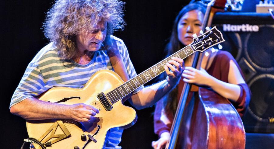 Den amerikanske guitarist Pat Metheny med den malysiske bassist Linda Oh på scenen i DR Koncertsalen, mandag aften. Foto: Torben Christensen
