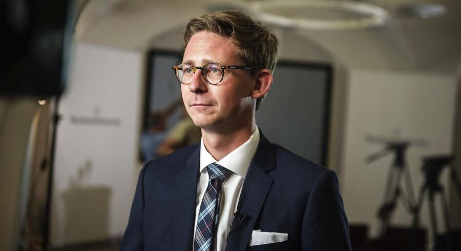 »Vi ønsker at give en håndsrækning til de iværksættere, som i dag lader deres gode ideer blive i skuffen. De skal realisere dem, det skal skabe vækst og arbejdspladser. Det gør vi ved at forbedre rammebetingelserne for iværksætteri,« siger skatteminister Karsten Lauritzen (V).