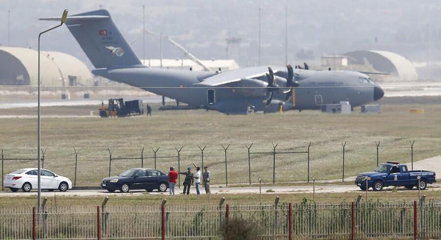 Tyrkiske og amerikanske soldater med et tyrkisk Air Force A400M-fly i baggrunden.