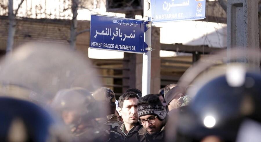 Årsagen til det saudiarabiske skridt er Irans hårde fordømmelse af kongerigets henrettelse af den shiamuslimske leder Nimr al-Nimr og iranske demonstranters efterfølgende stormløb på den saudiarabiske ambassade i Irans hovedstad, Teheran.