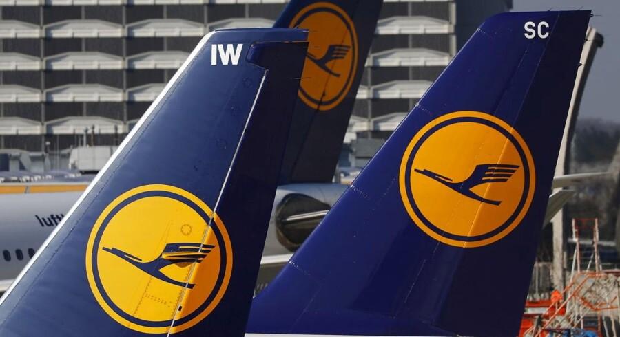 Der ventes store problemer for flytrafikken i Tyskland onsdag. Forskellige personalegrupper har varslet strejke i seks lufthavne, herunder den internationale lufthavn i Frankfurt. Det tyske flyselskab Lufthansa siger, at det har aflyst 895 afgange onsdag på grund af strejken.