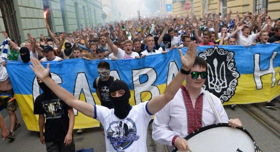 Fans fra de to ukrainske storklubber Dynamo Kiev og Shakhtar Donetsk har lagt deres tilhørsforhold til side for at protestere sammen i en march for et samlet Ukraine.