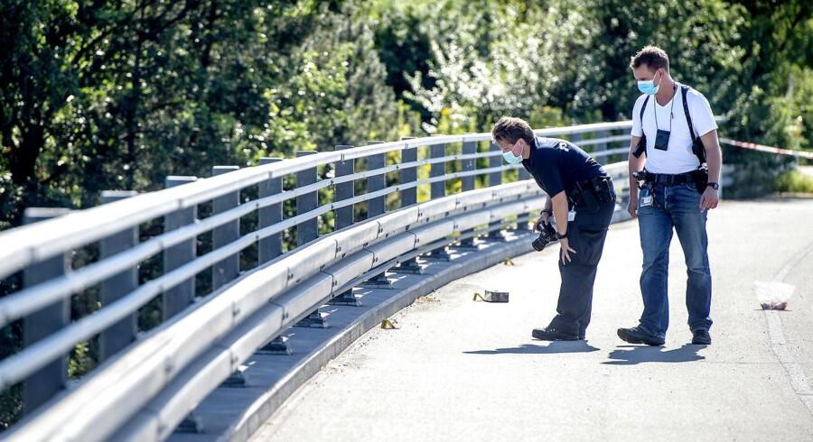 Politiet har ved et tidligere tilfælde med stenkast set sig nødsaget til at afspærre Hillerød-motorvejen, hvor billedet her er blevet taget. Ukendte gerningsmænd havde kastet sten ned på vejen fra broen ved afkørsel 1, Tingbjerg.