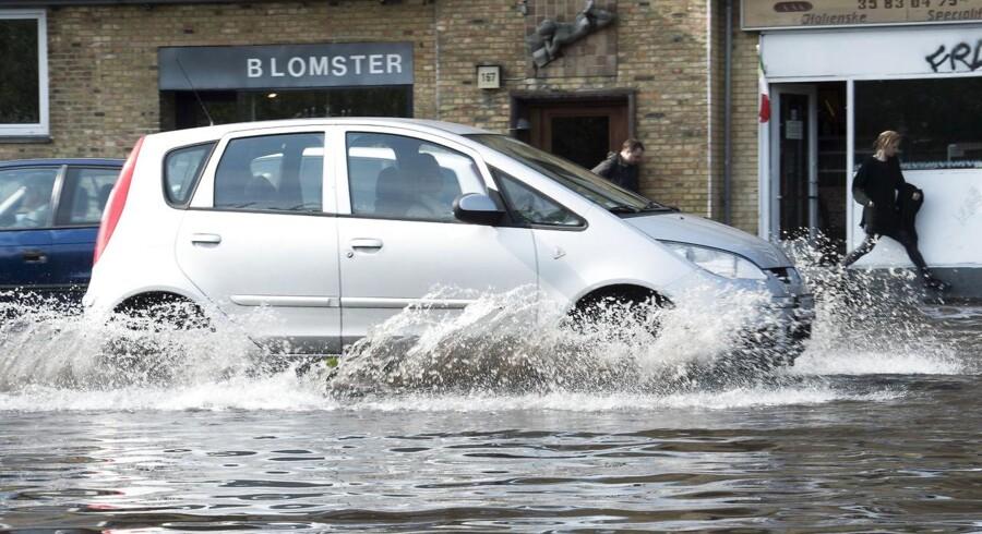 Oversvømmelse af vejbanen ved Tagensvej/Lygten på Nørrebro i København. Arkivfoto.