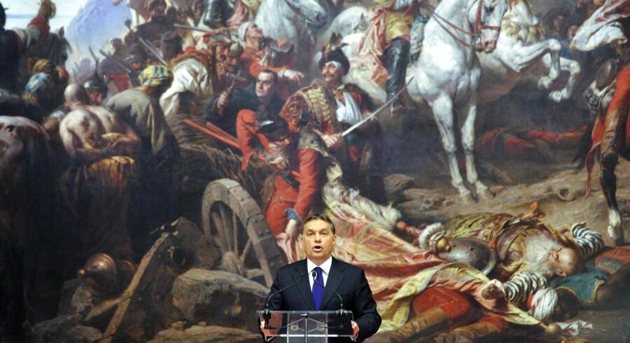 Ungarns premierminister Viktor Orbán, som her afholder åbningstale ved udstillingen »Helte, konger og helgener« på landets nationalgalleri i 2012, er ved at »putinisere« sit land, lyder den europæiske kritikken, som er blevet endnu mere højlydt i kølvandet på ungarske myndigheders seneste anslag mod NGOerne Ökotárs og Demnet.
