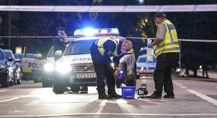 Vidner har berettet, at der blev skudt med automatvåben foran internetcaféen på Drottninggatan, der ligger centralt i Malmø. Det er dog ikke blevet be- eller afkræftet af politiet.
