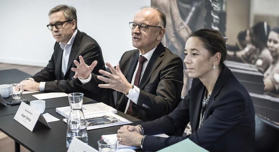 Arkivfoto: Børsnoteringen af Scandinavian Tobacco Group. Bestyrelsesformand Jørgen Tandrup (midterst), CEO Niels Frederiksen (til venstre) og CFO Sisse Fjelsted Rasmussen (til højre) redegør for børsnoteringen.