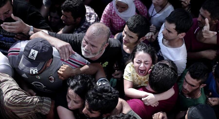 Det græske politi måtte tage drastiske midler i brug for at skille en stor mængde flygtninge, som havde samlet sig på et stadion på den græske ø Kos. Se de voldsomme billeder her:
