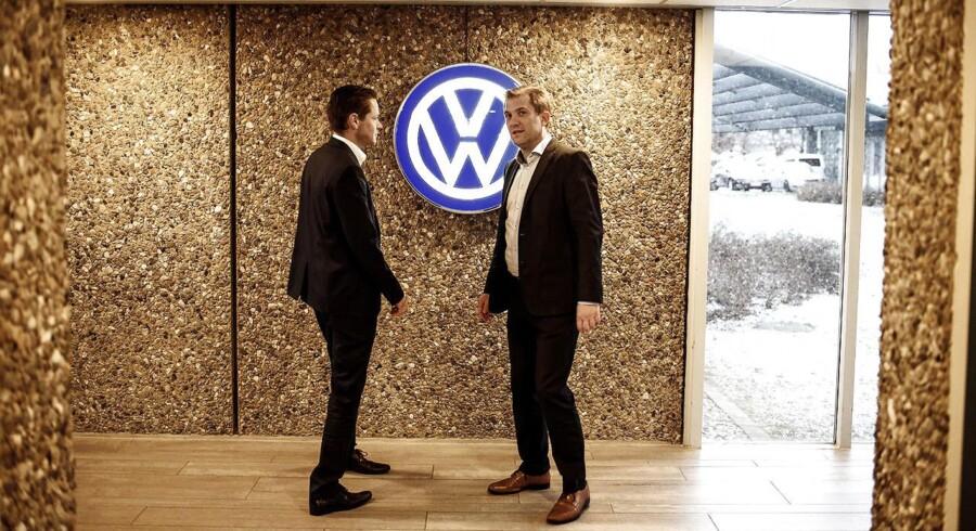 Ved nytår blev der skiftet ud i toppen af Volkswagen Danmark. Ulrik Drejsig (t.v.) tager over for en anden Ulrik, Ulrik Schönemann (t.h .), der i stedet er udnævnt til adm. direktør for Skandinavisk Motor Co. Begge fotograferet i og omkring virksomhedens bygning i Brøndby.