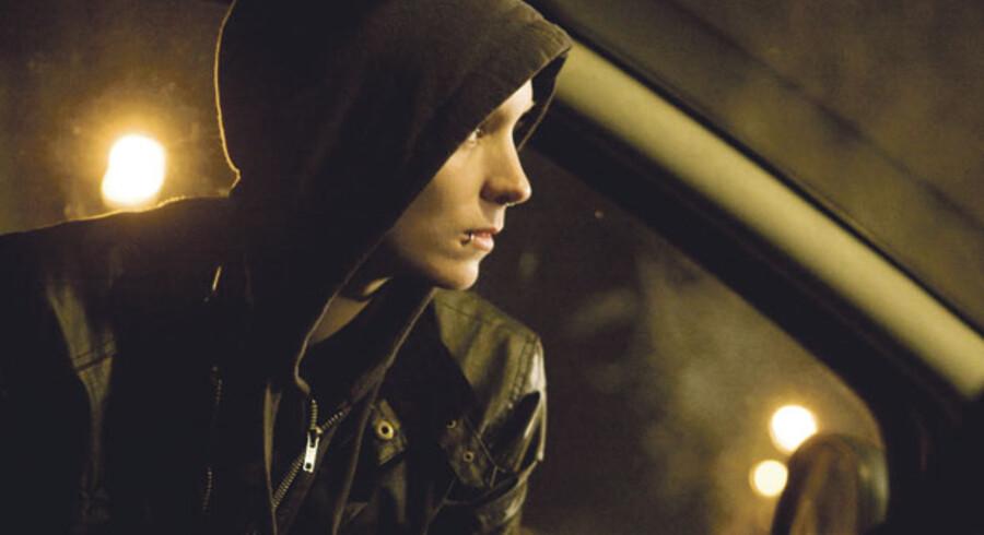 Rooney Mara spiller Lisbeth Salander, hackeren med piercinger og den smertefulde fortid, der hjælper journalisten Mikael Blomkvist.