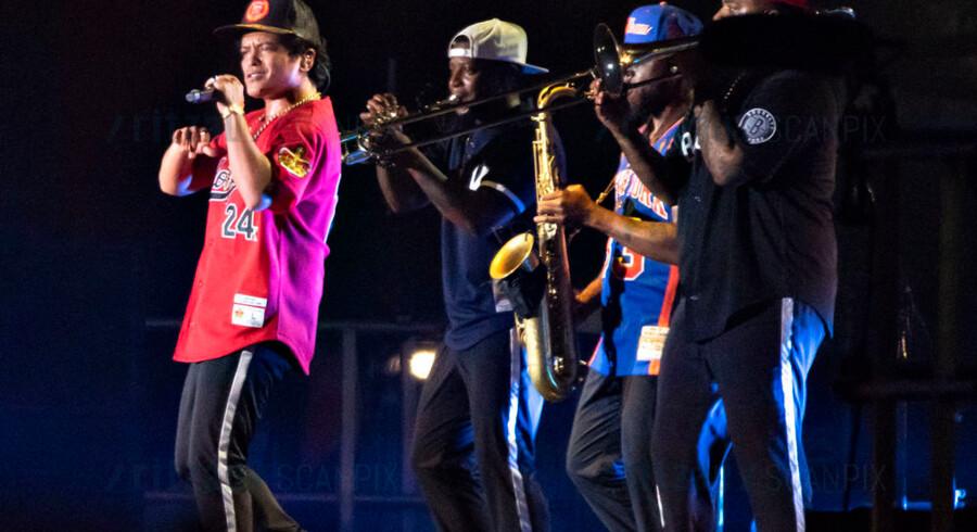 Bruno Mars sammen med blæsertrioen fra sit band, The Hooligans.