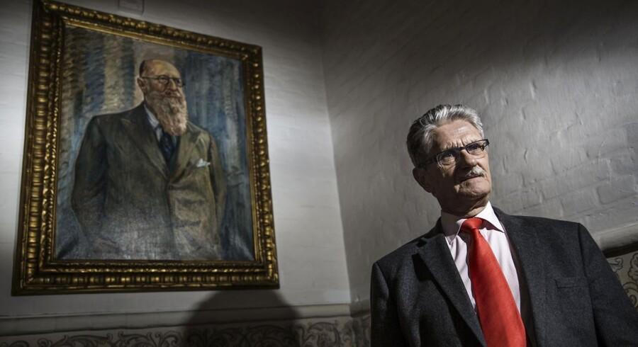 Mogens Lykketoft foran et maleri af Thorvald Stauning, som hænger på Christiansborg.