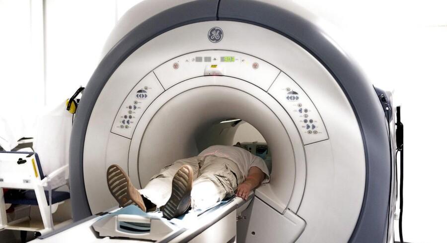 En patient bliver undersøgt i en MR-scanner på Hamlet-Aleris privathospital i København. Venstre fremlægger nu et forslag til en ny patientrettighed for syge danskere.