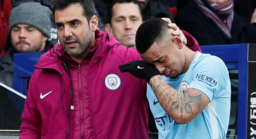 Gabriel Jesus (til højre) kan ifølge Manchester Citys træner, Pep Guardiola, være ude i over en måned, efter han pådrog sig en skade i søndagens kamp mod Crystal Palace. Reuters/David Klein