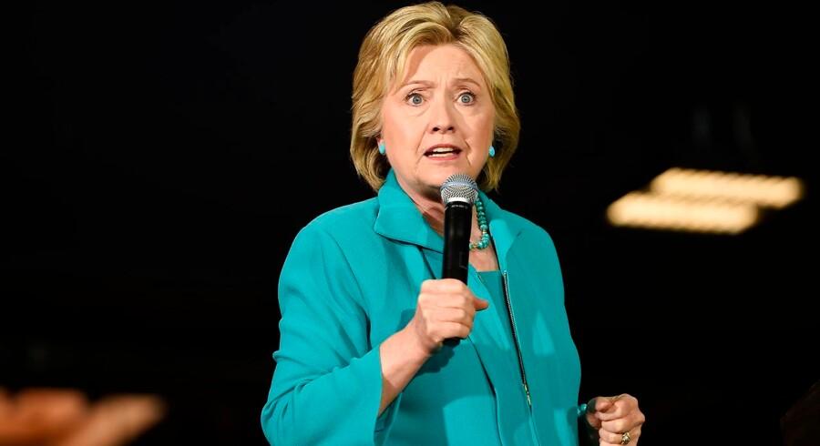 Den demokratiske præsidentkandidat Hillary Clinton får skarp kritik for ikke at samarbejde med det amerikanske udenrigsministeriums generalinspektør i en undersøgelse af en e-mailsag fra hendes tid som udenrigsminister.